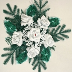 coroane funerare cu trandafiri albi -coroane funerare deosebite realizate din trandafiri albi artificiali de la www.serplastsrl.ro/, un aranjament floral cu aspect memorabil
