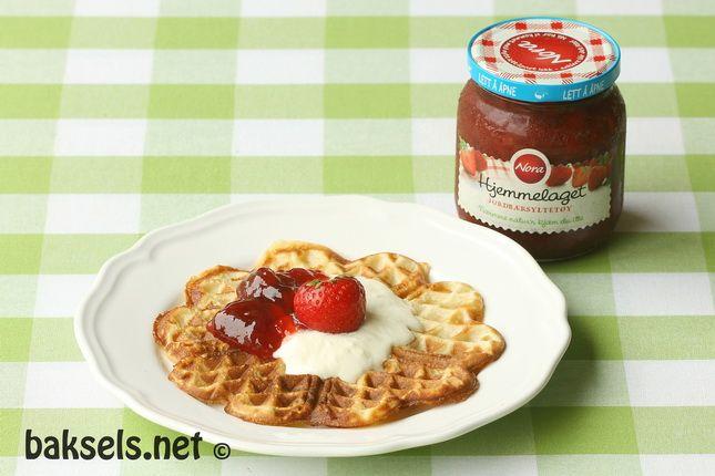 Noorse wafels met aardbeienjam en room  http://baksels.net/post/2013/07/26/Noorse_wafels.aspx