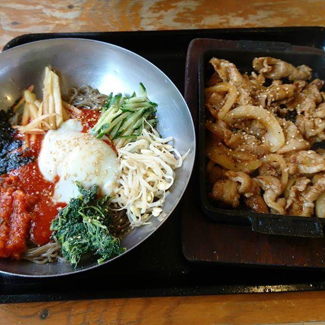 ビビン麺と肉  冷たい麺と暖かい肉の組み合わせ最高です  #豚大門#肉#ビビン麺#美味しい#ランチ