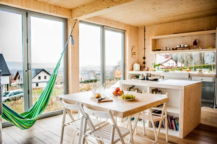"""stół, który wędruje po domu, wykonany z litego drewna, """"z resztek"""" materiału z którego wykonany jest cały dom."""