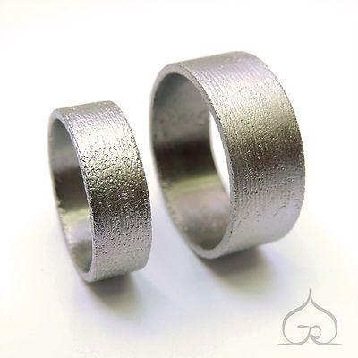 Goudsmid handgraveur juweelontwerper. Unieke ambachtelijk gesmede trouwringen, verlovingsringen en juwelen in platina, goud, titanium en zilver.