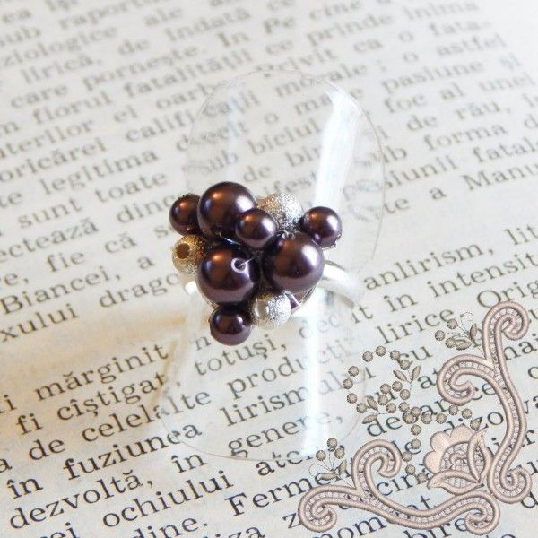 Inel foarte elegant, tesut manual cu perle swarovski de culoare mov inchis, pe o baza placata cu argint. O bijuterie delicata, potrivita pentru o ocazie speciala.