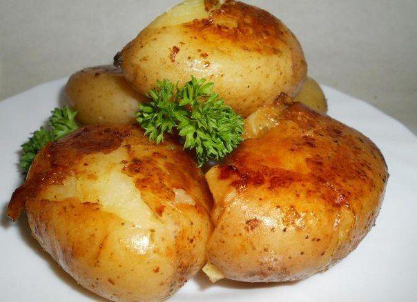 Тающий картофель Ингредиенты: Картофель1 кг. Куриный бульон500 мл. Оливковое масло2 ст. л. Сливочное масло20 гр. Розмарин, веточкапо вкусу Соль