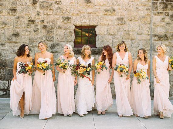 Procura no ponerle reglas tan estrictas a tus damas de honor, permite que personalicen su outfit con los accesorios, peinados y maquillaje que ellas se sientan más cómodas. ¡Todas lucirán hermosas! #Wedding #Bodas #Bridesmaids
