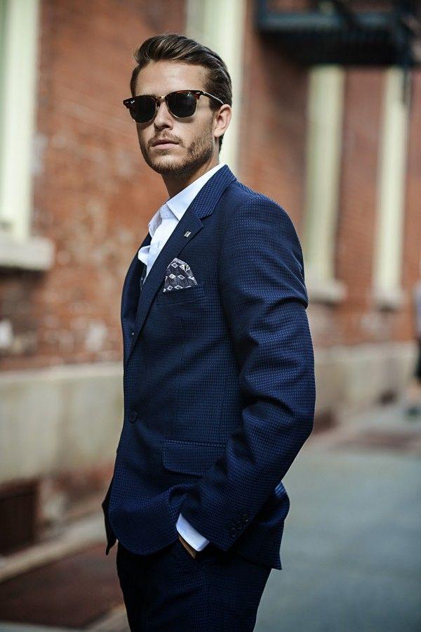 Bloger modowy Adam Gallagher i jego poszetkowa stylizacja