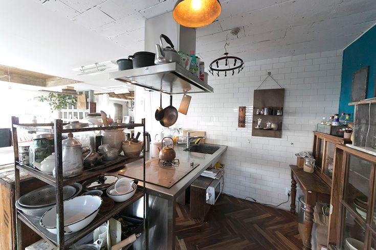 キッチンの壁のタイルには、汚れがつきにくいアメリカの地下鉄のタイルを使用。