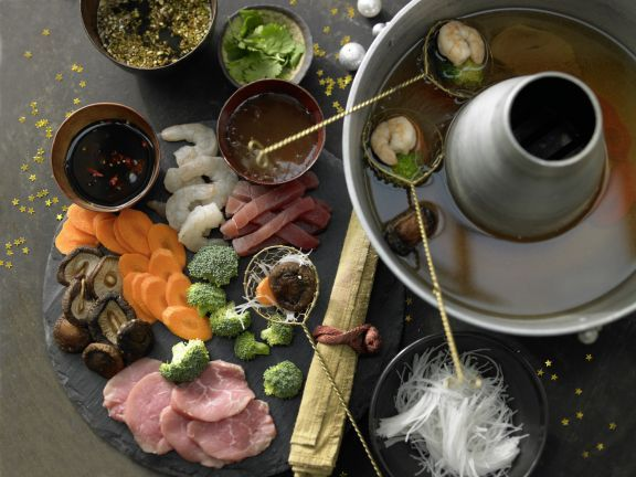 Das asiatische Fondue mit Fleisch, Fisch, Garnelen, Gemüse und Dips schmeckt hinreißend und ist dabei sensationell fettarm.