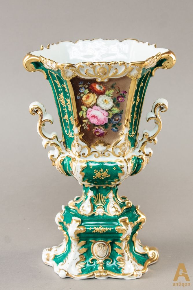 """Фарфоровая ваза, богато украшенная элементами ручной росписи и позолоты.  Клеймо """"цифра """"5"""".1800 г-ов."""