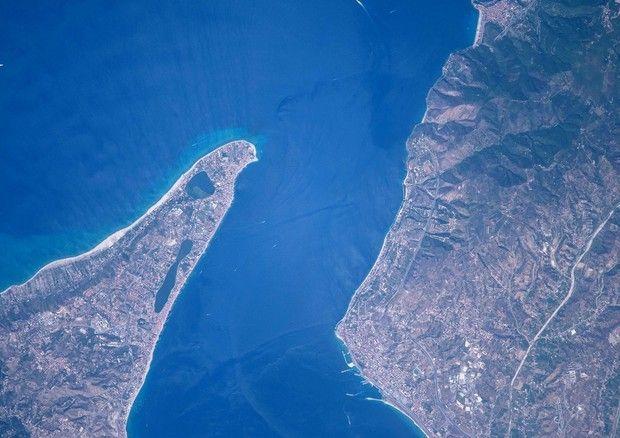 Lo stretto di Messina fotografato da Paolo Nespoli, ESA-NASA) © Ansa