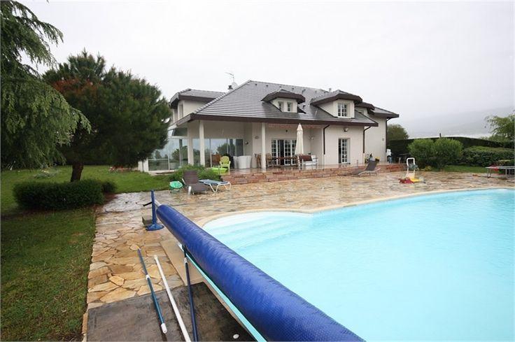 En exclusivité chez Capifrance, villa d'architecte à vendre à Vetraz Monthoux.     > 300 m², 8 pièces dont 6 chambres et un terrain de 3000 m².    Plus d'infos > Marlène Chantelly, conseillère immobilière Capifrance.