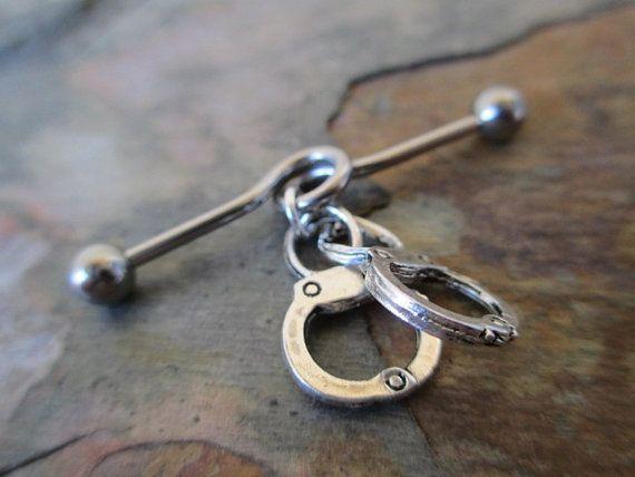 muy bonito piercings industrial con su detalle de esposas https://www.etsy.com/listing/187891646/fetish-handcuffs-industrial-barbell