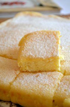 Túrórobbanás! Megsütöttem, nagyon finom.A kommenteket elolvasva raktam bele 1 csomag vaniliás cukrot, egy kiskanálnyi citromlevet, citrom lereszelt héjját, 1 bögre és 1 kanálnyi lisztet. Tepsi 38×25, sütési idő 180 fokon 50 perc. Nagyon fini.
