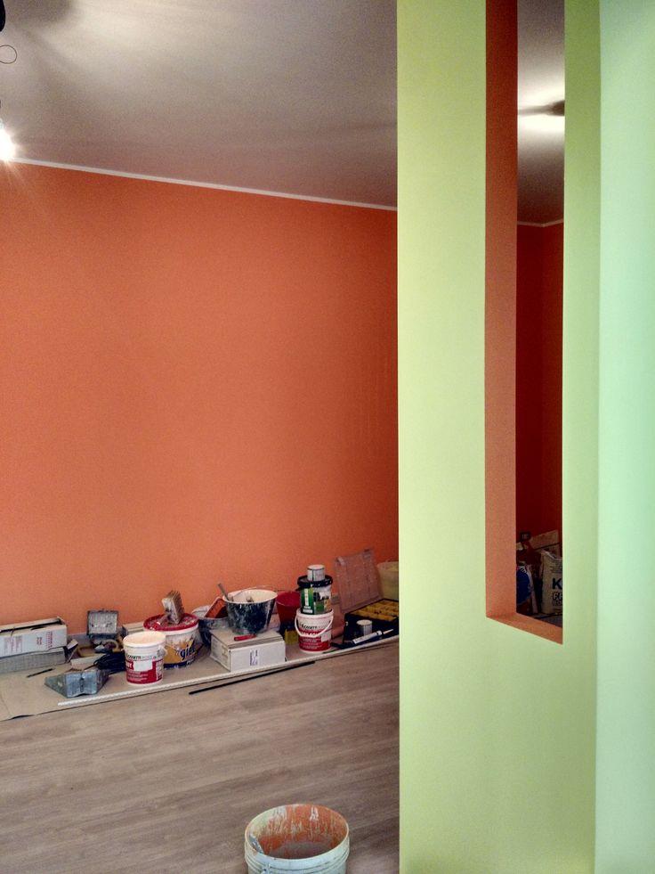 ingresso vista #soggiorno con #parquet flottante posto sopra al vecchio #pavimento in ceramica; pitture con colori vivaci. #ristrutturazione #appartamento