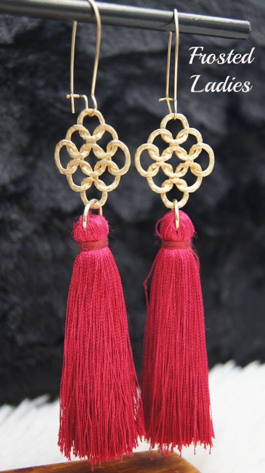 ❤Life Χειροποίητα σκουλαρίκια φτιαγμένα από Mat gold στοιχείο δίχτυ  και με μεταξωτή φούντα σε απόχρωση μπορντό.