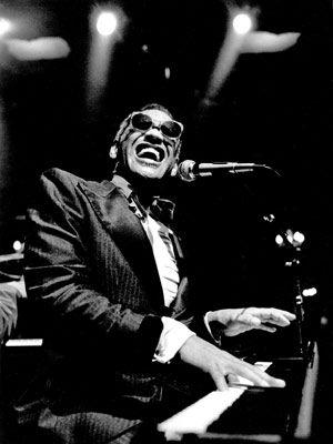 """Ray Charles Robinson """"The Genius"""" (23 de septiembre de 1930 - 10 de junio de 2004). Albania, Georgia.  Cantante, saxofonista y pianista de soul, R y jazz. """"Comparados con otros negros, nosotros estábamos aún más abajo del último escalón, mirando siempre hacia arriba al resto. No había nada más debajo de nosotros, excepto el suelo"""""""