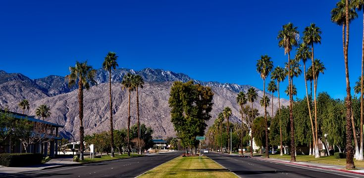 Check out the top 6 spots for shopping Palm Desert. Browse malls, outlets, boutiques, local fairs and more for that perfect outfit or gift. #travel #itrip #vacationrentals