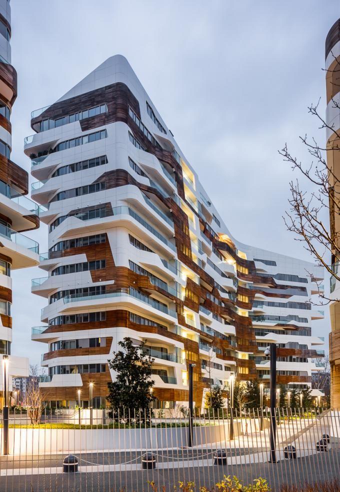 Vista nocturna del conjunto. Residencial Citylife por Zaha Hadid. Fotografía © Simón García | arqfoto.com