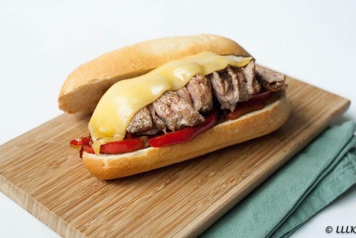 Misschien zijn sommige van jullie wel bekend met de Amerikaanse Philly cheese steak. Een echt traditioneel Amerikaans gerecht. Biefstuk op een broodje met gebakken groente en kaas. En net als een h…