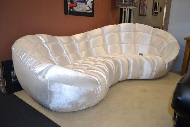 Unieke half ronde design lounge bank sassy wit disco stof.