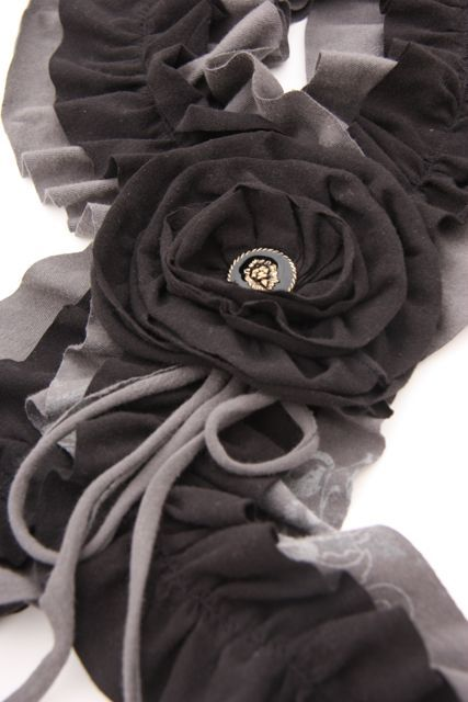 Sew a ruffled scarf from old t-shirts or t-shirt material!
