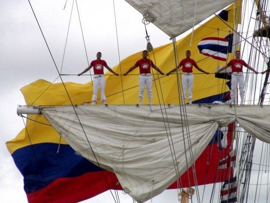 Qué hermosa postal; los cadetes saludando, con el tricolor nacional como fondo!!!!!