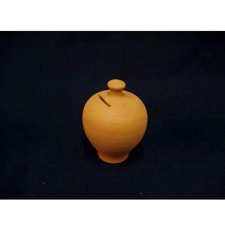 Κουμπαράς πήλινος με ύψος 15 εκατοστά.