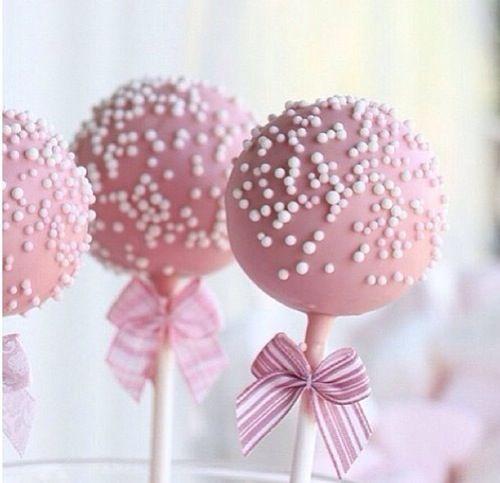 Não importa como você chama, se cakepop, cake pop, popcake ou de bolo no palito. Os cake pops são uma versão divertida e em miniatura dos bolos. Eles são b
