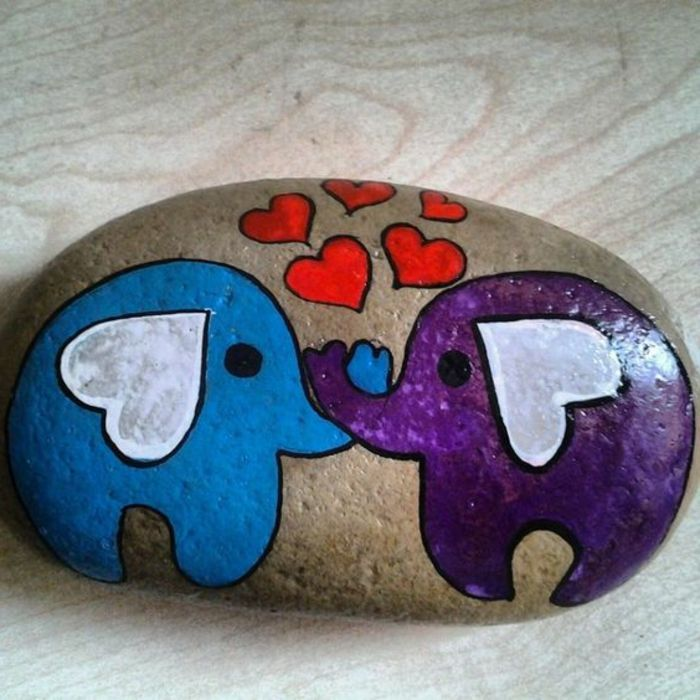 peinture sur galet, éléphants amoureux dessinés sur une pierre