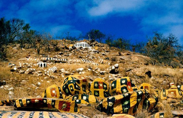Colourful painted rocks lie scattered among the Lowveld bush near Revolver Creek in Kaapmuiden, Mpumalanga – the legacy of a man who was buried in an unmarked grave with only a reference number etched into the headstone.