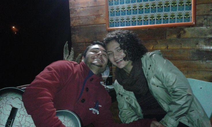 Dos amigos llevaron su guitarra e hicieron que el rock en español amenizara la noche en el hostal rancho rueda libre, disfrute total con una luna llena total.