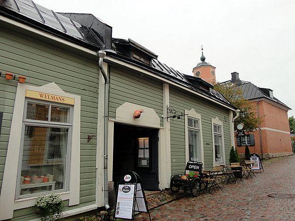 「旅行」のブログ記事一覧-Storytellers kafe 明日はストで交通機関が動かないので、遠方の観光は今日のうちに済ませなくてはなりません。朝から雨の降る中、フィンランドで2番目に古い街、ポルヴォー (Porvoo) に向かう。ヘルシンキからは、カンピ (Kamppi) 発のバスに乗って1時間ちょっと。  カンピ・ショッピングセンターの地下にバスターミナルがあるのですが、地下への行き方が分からなくて辿り着くのにまず一苦労。(ショッピングセンターからではなく、建物向かって右端のカンピ駅側から地下に直接入れば迷う余地もなかったことが後から判明。)ポルヴォー行きのバスは約10分おきに出ていますが、所要時間や料金はルートによって多少違うようです。  とりあえず乗ったバスは、ポルヴォーまで片道9ユーロ。悪天候のせいか車内も道も始終空いていたけれど、ヘルシンキ市内とは一味違うのどかな田舎道を走っていくので、晴れていたら気持ちのよいドライブが楽しめるに違いありません。ちなみに、ポルヴォーはスウェーデン語ではボルゴー (Borgå) というので、バスの行き先などにこの表記も出てくる。