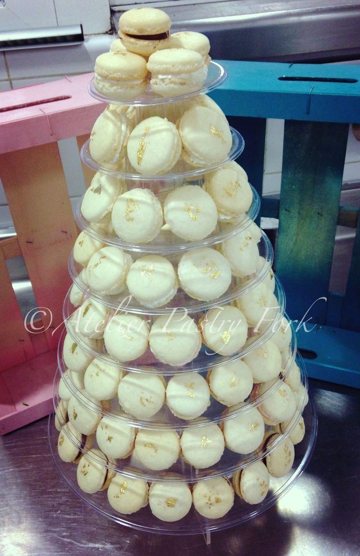 Torre de Macarons para una boda en Mallorca - blanco con pan de oro comestible, Macaron Tower for wedding - white with edible gold leaves by Atelier Pastry Fork