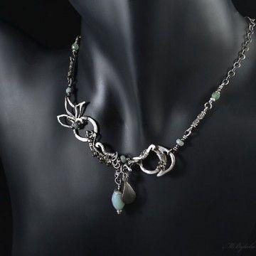 Delikatny, srebrny naszyjnik z fasetowanymi amazonitami i fluorytem. Formowany w całości ręcznie techniką wire-wrapping.