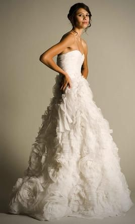 Used Oscar de la Renta Wedding Dress 12E86, Size 6  | Get a designer gown for (much!) less on PreOwnedWeddingDresses.com