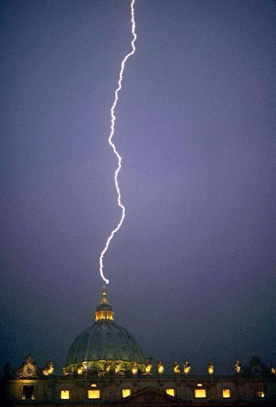 Fulmine sulla Cupola di S. Pietro a Roma