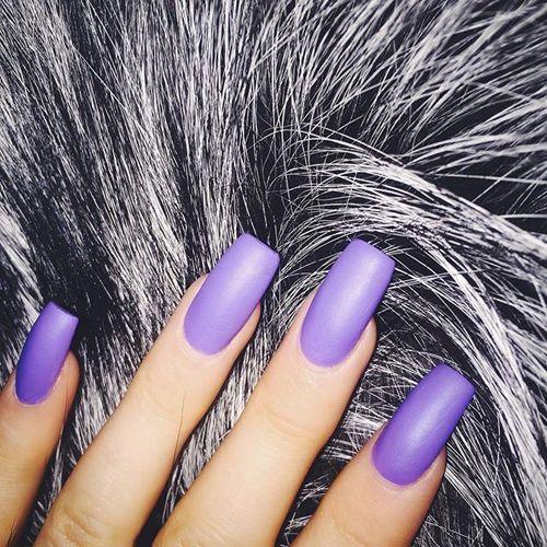 Kylie Jenner de longs ongles violet mat