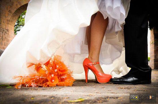 11 hochzeitsschuhen in orange brautstrauss perlen real wedding Hochzeit in Orange – Eine Farbe für Herbst und Lebenslust