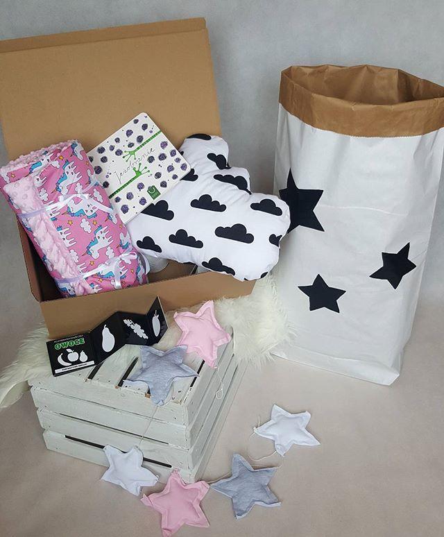 * na zdj  Super Box Girl  cena Boxa spadła⤵ z  175 zł na ↪ 139.99  zł  KUPUJĄC BOX zawsze PŁACISZ MNIEJ Gotowy BOX przeznaczony dla dzieci od 0-3 lat i rodziców.  Artykuły zapakowane w estetyczne pudełko to doskonały gotowy prezent np na Baby Shower, pierwsze odwiedziny u maluszka lub zbliżający się Dzień  Dziecka  W skład wchodzi ● książka od wydawnictwa @bajkopis ● Książeczka kontrastowa  Poduszka chmurka o wymiarach 50x37 cm ( antyalergiczne wypełnienie) ● Girlanda z 6 gwiazd ● worek…