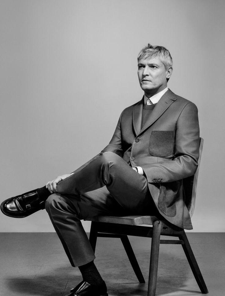 James Bond trug zehn Jahre lang Brioni. Nun tragen Männer aus dem Kunstbetrieb die Anzüge aus der Edelschneiderei. Und sie tragen sie für die aktuelle Brioni-Werbekampagne, fotografiert von der New Yorker Künstlerin Collier Schorr.