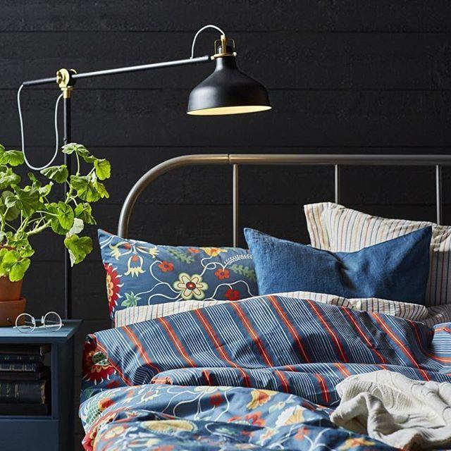 Постельное белье из прохладной, приятной на ощупь ткани — то, что нужно для комфортного сна летом! А декоративные узоры в виде цветов добавят интерьеру яркости 🌺   На фото: пододеяльник и 2 наволочки РОЗЕНРИПС (2999.-) #IKEA #ИКЕА #ИКЕАРоссия #будьтетакдома