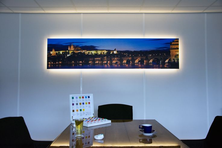 Nieuwe canvas doek met een panorama van Praag en met LED verlichting in onze showroom.