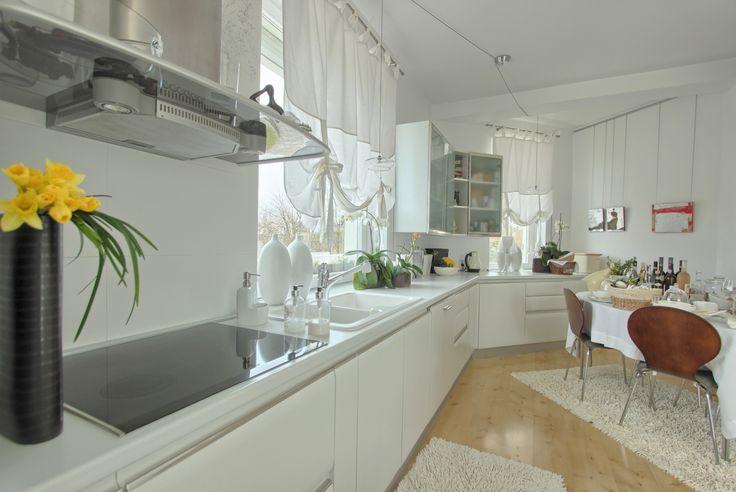 Piękny, nowoczesny dom położony na malowniczej działce z jeziorkiem! Już teraz dostępny w ofercie In.House. Biała kuchnia. Czystość i elegancja.