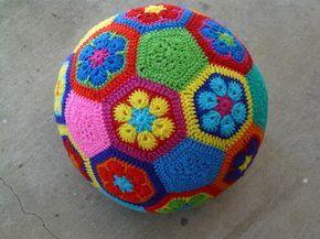 Balón de fútbol de flores africanas | 29 Cosas increíblemente geniales que puedes tejer para un bebé