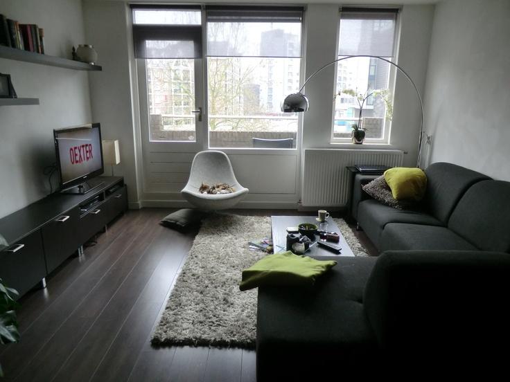 Lamp in boog  Draaiende kuipstoel (Ikea)  Bank. Formaat: 1.90 bij 2.80  Salontafel (laag, Ikea)  Tv kast (ong 40cm diep en ong 2x 1.40 breed)