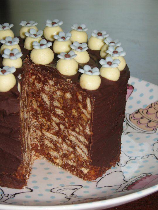 Tortul de biscuiti este asa cum ii spune si numele, roial. Incredibil de bun, aceasta reteta de tort este usor de preparat, seamana cu salamul de