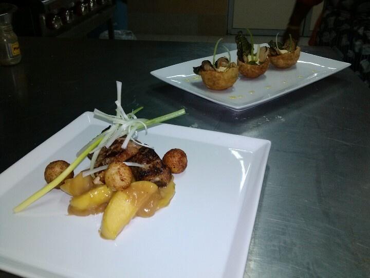 Costillas en salsa de manzana & canapés de mejillones