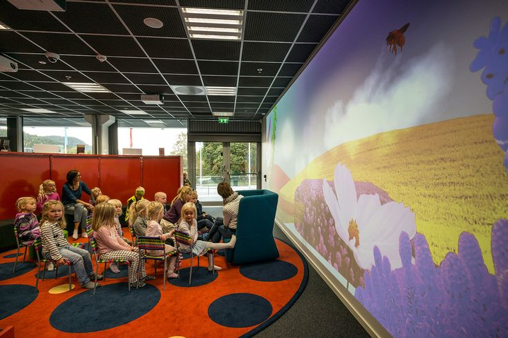 Kongsberg er en by med mange store teknologiske bedrifter. Dette genspejler byens nye bibliotek, som er indrettet med en kombination af det nyeste indenfor teknologi og interaktivitet sammen med det traditionelle, som findes i ethvert andet bibliotek.