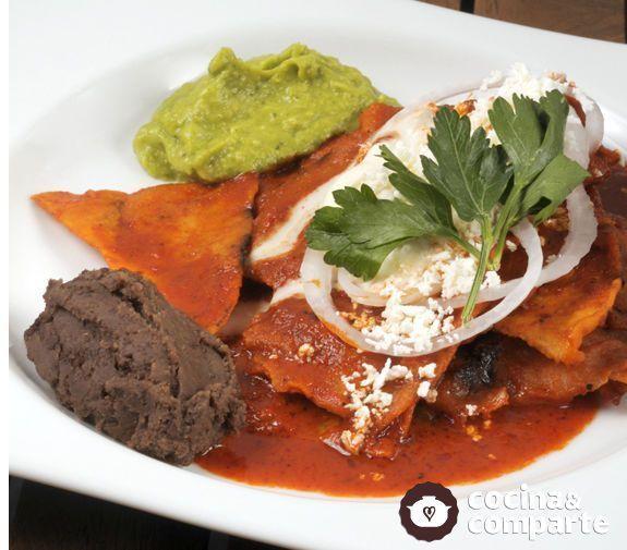 Esta receta es originaria de Oaxaca. Chilaquiles típicos para desayunar un domingo en la mañana. Ideal para niños, ya que no son picosos y el gusto del chile le confiere un sabor especial.