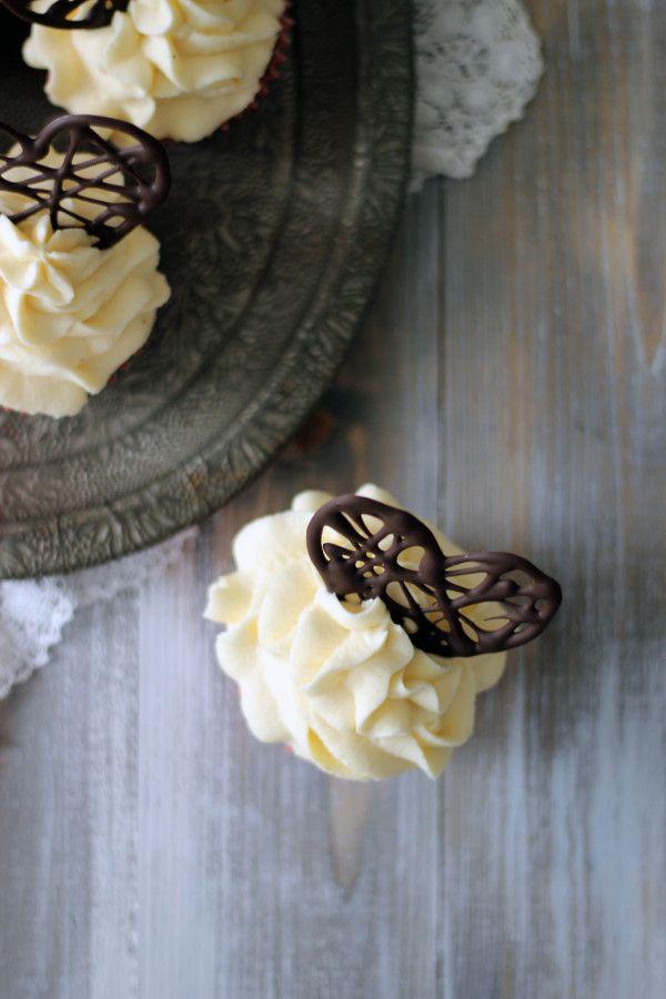 Red Velvet Cupcakes till Alla hjärtans dag! Röda cupckaes med en lätt chokladsmak, toppade med en syrlig marängsmörkräm med cream cheese Heavenly Cupcake • http://heavenlycupcake.se