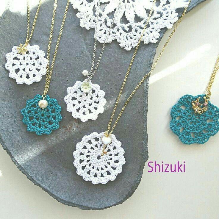 Beste 11 Monogramm Halskette, Halskette häkeln, gestempelt erste Halskette, Medaillon …   – Aretes crochet.